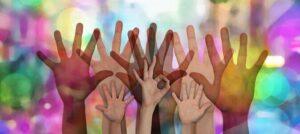 mains solidarité couleurs