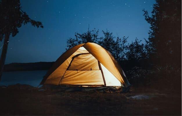 Tente camping nuit étoiles ciel