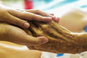 l'auxiliaire de vie porte assistance à des personnes dépendantes